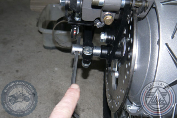 Démontage de l'axe de roue Ural EFI URAL FRANCE