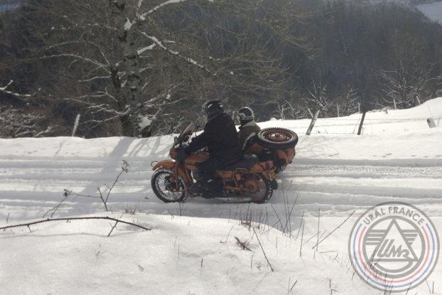 Descente dans la neige Hivernale Polminhac URAL FRANCE