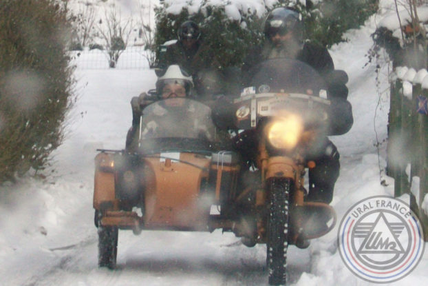 Side-car Ural de face sous la neige Hivernale Polminhac URAL FRANCE