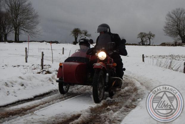 Hivernale Polminhac Elem maitrise le virage sur la neige URAL FRANCE