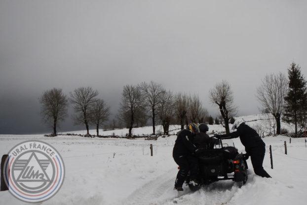 Hivernale Polminhac la balade sur les chemins enneigés URAL FRANCE