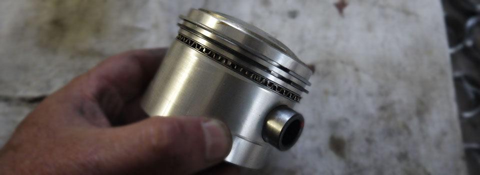 Montage des segments sur un piston - URAL FRANCE