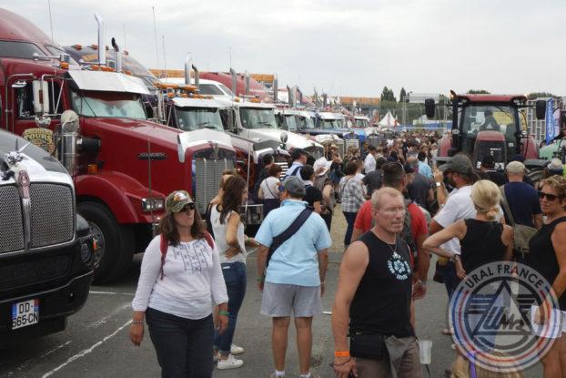 Foule autour des trucks - American Tours Festival - URAL FRANCE