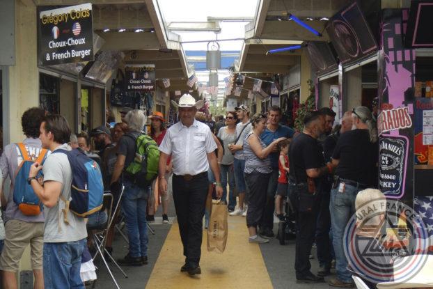 Homme au chapeau blanc - American Tours Festival - URAL FRANCE- American Tours Festival - URAL FRANCE